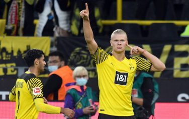 19 September 2021, North Rhine-Westphalia, Dortmund: Football: Bundesliga, Borussia Dortmund - 1. FC Union Berlin, Matchday 5 at Signal Iduna Park. Dortmund's Erling Haaland (r) celebrates his goal for 4:2 with Mahmoud Dahoud. IMPORTANT NOTE: In accordance with the regulations of the DFL Deutsche Fußball Liga and the DFB Deutscher Fußball-Bund, it is prohibited to use or have used photographs taken in the stadium and/or of the match in the form of sequence pictures and/or video-like photo series. Photo: Bernd Thissen/dpa
