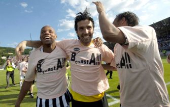 AREZZO, ITALY - MAY 19:  Gianluigi Buffon (C) of Juventus celebrates after the Serie B match between Arezzo and Juventus on May 19, 2007 in Arezzo, Italy. With their win over Arezzo Juventus secured their return to Serie A one year after being forcibly relegated.  (Photo by New Press/Getty Images)