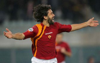ROME, ITALY - NOVEMBER 27: Damiano Tommasi of Roma celebrates scoring during the Serie A match between AS Roma and Fiorentina at the Stadio Olimpico on November 27, 2005 in Rome, Italy.  (Photo by New Press/Getty Images)