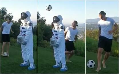 Ibra oltre la gravità, sombrero spaziale. VIDEO