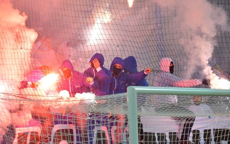 I tifosi dell'Herta accendono i fumogeni