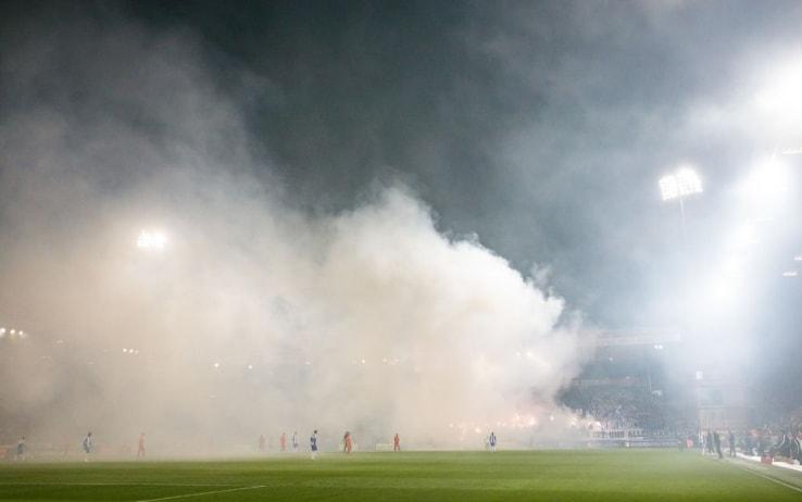 Il fumo avvolge il terreno di gioco