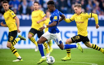 epa07951351 Schalke's Rabbi Matondo (C) in action during the German Bundesliga soccer match between FC Schalke 04 and Borussia Dortmund in Gelsenkirchen, Germany, 26 October 2019.  EPA/SASCHA STEINBACH CONDITIONS - ATTENTION: The DFL regulations prohibit any use of photographs as image sequences and/or quasi-video.