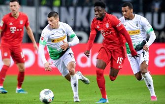 epa08051811 Bayern's Alphonso Davies (2-R) in action during the German Bundesliga soccer match between Borussia Moenchengladbach and FC Bayern Muenchen at Borussia-Park in Moenchengladbach, Germany, 07 December 2019.  EPA/SASCHA STEINBACH CONDITIONS - ATTENTION: The DFL regulations prohibit any use of photographs as image sequences and/or quasi-video.
