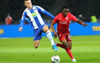 epa07896443 Hertha's Maximilian Mittelstaedt (L) in action against Duesseldorf's Bernard Tekpetey during the German Bundesliga soccer match between Hertha BSC and Fortuna Duesseldorf in Berlin, Germany, 04 October 2019.  EPA/OMER MESSINGER CONDITIONS - ATTENTION: The DFL regulations prohibit any use of photographs as image sequences and/or quasi-video.