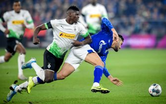 epa08136770 Moenchengladbach's Breel Embolo (L) in action against Schalke's Ozan Kabak (R) during the German Bundesliga soccer match between FC Schalke 04 and Borussia Moenchengladbach in Gelsenkirchen, Germany, 17 January 2020.  EPA/SASCHA STEINBACH CONDITIONS - ATTENTION: The DFL regulations prohibit any use of photographs as image sequences and/or quasi-video.