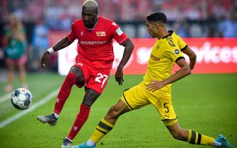 epa07808091 Union's Sheraldo Becker (L) in action against Dortmund's Achraf Hakimi (R) during the German Bundesliga soccer match between 1. FC Union Berlin and Borussia Dortmund in Berlin, Germany, 31 August 2019.  EPA/SASCHA STEINBACH CONDITIONS - ATTENTION: The DFL regulations prohibit any use of photographs as image sequences and/or quasi-video.