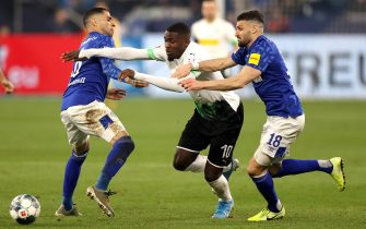 epa08136984 Schalke's Omar Mascarell (L) and Schalke's Daniel Caligiuri (R) in action with Moenchengladbach's Marcus Thuram (C) during the German Bundesliga soccer match between FC Schalke 04 and Borussia Moenchengladbach in Gelsenkirchen, Germany, 17 January 2020.  EPA/FRIEDEMANN VOGEL CONDITIONS - ATTENTION: The DFL regulations prohibit any use of photographs as image sequences and/or quasi-video.