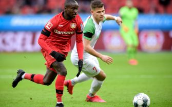 epa08240956 Augsburg's Florian Niederlechner (R) in action against Leverkusen's Moussa Diaby (L) during the German Bundesliga soccer match between Bayer Leverkusen and FC Augsburg at BayArena in Leverkusen, Germany, 23 February 2020.  EPA/SASCHA STEINBACH CONDITIONS - ATTENTION: The DFL regulations prohibit any use of photographs as image sequences and/or quasi-video.