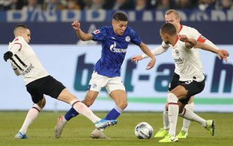 epa08074010 Frankfurt's Mijat Gacinovic (L), Sebastian Rode (2-R) and Djibril Sow (R) in action with Schalke's Amine Harit (2-L) during the German Bundesliga soccer match between FC Schalke 04 and Eintracht Frankfurt in Gelsenkirchen, Germany, 15 December 2019.  EPA/FRIEDEMANN VOGEL CONDITIONS - ATTENTION: The DFL regulations prohibit any use of photographs as image sequences and/or quasi-video.