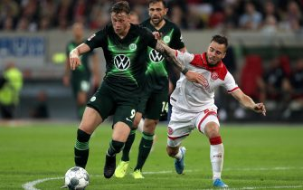 epa07840539 Wolfsburg's Wout Weghorst (L) in action with Duesseldorf's Niko Giesselmann (R) during the German Bundesliga soccer match between Fortuna Duesseldorf and VfL Wolfsburg in Duesseldorf, Germany, 13 September 2019.  EPA/FRIEDEMANN VOGEL CONDITIONS - ATTENTION: The DFL regulations prohibit any use of photographs as image sequences and/or quasi-video.