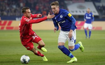 epa08033867 Schalke's Bastian Oczipka (R) in action with Union's Marcus Ingvartsen (L) during the German Bundesliga soccer match between FC Schalke 04 and FC Union Berlin in Gelsenkirchen, Germany, 29 November 2019.  EPA/FRIEDEMANN VOGEL CONDITIONS - ATTENTION: The DFL regulations prohibit any use of photographs as image sequences and/or quasi-video.