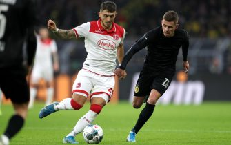 epa08051674 Duesseldorf's Matthias Zimmermann (L) in action against Dortmund's Thorgan Hazard (R) during the German Bundesliga soccer match between Borussia Dortmund and Fortuna Duesseldorf in Dortmund, Germany, 07 November 2019.  EPA/FRIEDEMANN VOGEL CONDITIONS - ATTENTION: The DFL regulations prohibit any use of photographs as image sequences and/or quasi-video.