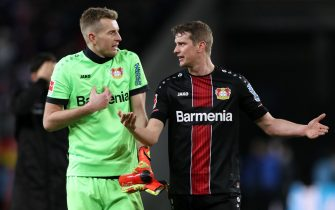 epa08071711 Bayer Leverkusen's goalkeeper Lucas Hradecky (L) argues with captain Lars Bender after their defeat against 1. FC Koeln in the German Bundesliga soccer match between 1. FC Koeln and Bayer Leverkusen in Cologne, Germany, 14 December 2019. 1. FC Koeln won 2-0.  EPA/FRIEDEMANN VOGEL CONDITIONS - ATTENTION: The DFB regulations prohibit any use of photographs as image sequences and/or quasi-video.