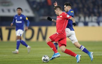 epa08033882 Union's Robert Andrich (L) in action with Schalke's Suat Serdar (R) during the German Bundesliga soccer match between FC Schalke 04 and FC Union Berlin in Gelsenkirchen, Germany, 29 November 2019.  EPA/FRIEDEMANN VOGEL CONDITIONS - ATTENTION: The DFL regulations prohibit any use of photographs as image sequences and/or quasi-video.