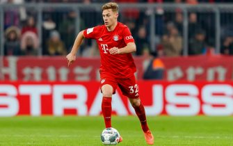 MUNICH, GERMANY - FEBRUARY 05: (BILD ZEITUNG OUT) Joshua Kimmich of FC Bayern Muenchen controls the ball during the DFB Cup round of sixteen match between FC Bayern Muenchen and TSG 1899 Hoffenheim at Allianz Arena on February 5, 2020 in Munich, Germany. (Photo by Roland Krivec/DeFodi Images via Getty Images)