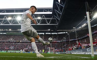 epa08019933 Bayern's Joshua Kimmich in action during the German Bundesliga soccer match between Fortuna Duesseldorf and FC Bayern Munich in Duesseldorf, Germany, 23 November 2019.  EPA/FRIEDEMANN VOGEL CONDITIONS - ATTENTION: The DFL regulations prohibit any use of photographs as image sequences and/or quasi-video.