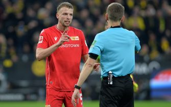 DORTMUND, GERMANY - FEBRUARY 01: (BILD ZEITUNG OUT) Marvin Friedrich of 1. FC Union Berlin and referee Benjamin Cortus gestures during the Bundesliga match between Borussia Dortmund and 1. FC Union Berlin at Signal Iduna Park on February 1, 2020 in Dortmund, Germany. (Photo by TF-Images/Getty Images)