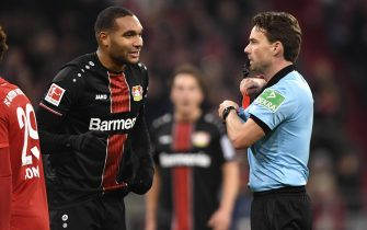 epa08036055 Leverkusen's Jonathan Tah (L) recieves the red card by Referee Guido Winkmann (R) during the German Bundesliga soccer match between FC Bayern Munich and Bayer 04 Leverkusen in Munich, Germany, 30 November 2019.  EPA/LUKAS BARTH-TUTTAS CONDITIONS - ATTENTION: The DFL regulations prohibit any use of photographs as image sequences and/or quasi-video.