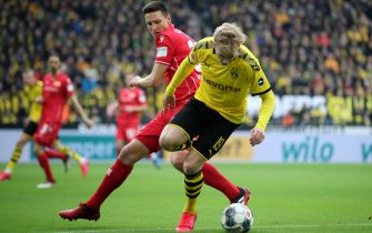 epa08185412 Union's Keven Schlotterbeck (L) in action against Dortmund's Julian Brandt (R) during the German Bundesliga soccer match between Borussia Dortmund and 1. FC Union Berlin in Dortmund, Germany, 01 February 2020.  EPA/FRIEDEMANN VOGEL CONDITIONS - ATTENTION: The DFL regulations prohibit any use of photographs as image sequences and/or quasi-video.
