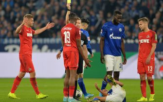 GELSENKIRCHEN, GERMANY - OCTOBER 05: Kingsley Ehizibue of 1. FC Koeln and referee Tobias Welz yellow card during the Bundesliga match between FC Schalke 04 and 1. FC Koeln at Veltins-Arena on October 5, 2019 in Gelsenkirchen, Germany. (Photo by TF-Images/Getty Images)