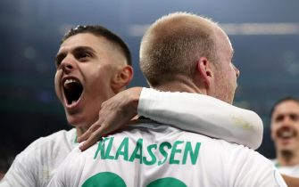 epa07483508 Werder's Davy Klaassen celebrates his goal with team mate Milot Rashica (L) during the quarter final soccer match between FC Schalke 04 and Werder Bremen in Gelsenkirchen, Germany, 03 April 2019.  EPA/FRIEDEMANN VOGEL CONDITIONS - ATTENTION: The DFB regulations prohibit any use of photographs as image sequences and/or quasi-video.