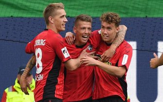 epa07039280 Freiburg's Mike Frantz (C) celebrates with teammates Nils Petersen (L) and Luca Waldschmidt (R) after scoring a goal  during the German Bundesliga soccer match between VfL Wolfsburg and SC Freiburg, in Wolfsburg, Germany, 22 September 2018.  EPA/DANIEL HECKER CONDITIONS - ATTENTION:  The DFL regulations prohibit any use of photographs as image sequences and/or quasi-video.