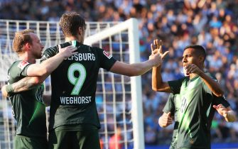 epa07793346 Wolfsburg's Wout Weghorst (C) celebrates with his teammates after scoring the 1-0 lead during the German Bundesliga soccer match between Hertha BSC and VfL Wolfsburg in Berlin, Germany, 25 August 2019.  EPA/HAYOUNG JEON CONDITIONS - ATTENTION: The DFL regulations prohibit any use of photographs as image sequences and/or quasi-video.