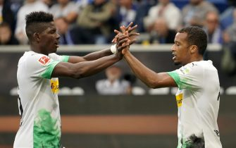 epa07876707 Moenchengladbach's Alassane Plea (R) celebrates with Breel Embolo after scoring the opening goal during the German Bundesliga soccer match between TSG 1899 Hoffenheim and Borussia Moenchengladbach in Sinsheim, Germany, 28 September 2019.  EPA/RONALD WITTEK CONDITIONS - ATTENTION: The DFL regulations prohibit any use of photographs as image sequences and/or quasi-video.