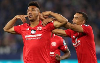 epa07857487 Mainz's Karim Onisiwo (L) celebrates scoring the equalizer with Mainz's Robin Quaison (R) during the German Bundesliga soccer match between FC Schalke 04 and FSV Mainz 05 in Gelsenkirchen, Germany, 20 September 2019.  EPA/FRIEDEMANN VOGEL CONDITIONS - ATTENTION: The DFL regulations prohibit any use of photographs as image sequences and/or quasi-video.