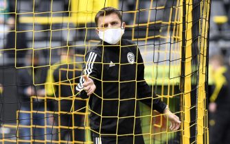 Referee Deniz Aytekin wears a face mask as he checks a goal net before the German first division Bundesliga football match BVB Borussia Dortmund v Schalke 04 on May 16, 2020 in Dortmund, western Germany as the season resumed following a two-month absence due to the novel coronavirus COVID-19 pandemic. (Photo by Martin Meissner / POOL / AFP) / DFL REGULATIONS PROHIBIT ANY USE OF PHOTOGRAPHS AS IMAGE SEQUENCES AND/OR QUASI-VIDEO (Photo by MARTIN MEISSNER/POOL/AFP via Getty Images)