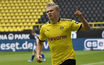 epa08425960 Dortmund's Erling Haaland celebrates after scoring the opening goal during the German Bundesliga soccer match between Borussia Dortmund and Schalke 04 in Dortmund, Germany, 16 May 2020. The German Bundesliga and Second Bundesliga are the first professional leagues to resume the season after the nationwide lockdown due to the ongoing Coronavirus (COVID-19) pandemic. All matches until the end of the season will be played behind closed doors.  EPA/MARTIN MEISSNER / POOL DFL regulations prohibit any use of photographs as image sequences and/or quasi-video.