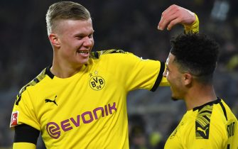 epa08160901 Dortmund's Erling Haaland (L) celebrates with teammate Jadon Sancho after scoring the 4-1 lead during the German Bundesliga soccer match between Borussia Dortmund and 1. FC Koeln in Dortmund, Germany, 24 January 2020.  EPA/SASCHA STEINBACH CONDITIONS - ATTENTION: The DFL regulations prohibit any use of photographs as image sequences and/or quasi-video.