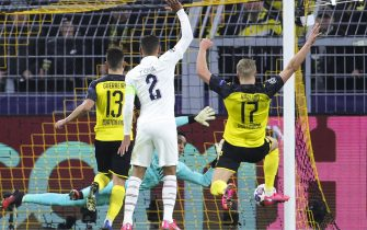 epa08226800 Dortmund's Erling Braut Haaland (R) scores the opening goal during the UEFA Champions League round of 16 first leg soccer match between Borussia Dortmund and Paris Saint-Germain  in Dortmund, Germany, 18 February 2020.  EPA/FRIEDEMANN VOGEL