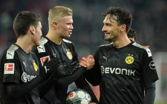 epa08138920 Dortmund`s Norwegian striker Erling Haaland and Dortmund`s defender Mats Hummels celebrate after the German Bundesliga soccer match between FC Augsburg and Borussia Dortmund in Augsburg, Germany, 18 January 2020.  EPA/TIMM SCHAMBERGER CONDITIONS - ATTENTION: The DFL regulations prohibit any use of photographs as image sequences and/or quasi-video.