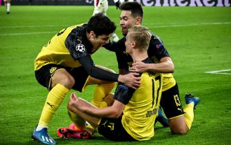 epa08226910 Dortmund's Erling Haaland (C) celebrates with his teammates after scoring the 1-0 lead during the UEFA Champions League round of 16 first leg soccer match between Borussia Dortmund and Paris Saint-Germain in Dortmund, Germany, 18 February 2020.  EPA/SASCHA STEINBACH