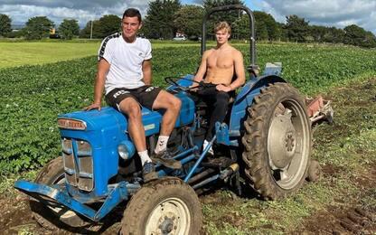 Haaland versione contadino: sui campi col trattore