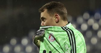 epa08936099 Bayern's goalkeeper Manuel Neuer reacts during the German DFB Cup second round soccer match between Holstein Kiel and FC Bayern Munich in Kiel, Germany, 13 January 2021.  EPA/FOCKE STRANGMANN CONDITIONS - ATTENTION: The DFB regulations prohibit any use of photographs as image sequences and/or quasi-video.