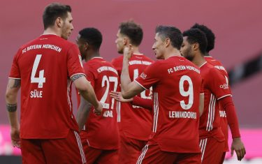 epa09040577 Bayern's Robert Lewandowski celebrates with team mates after scoring a goal during the German Bundesliga soccer match between Bayern Munich and 1. FC Koeln in Munich, Germany, 27 February 2021.  EPA/RONALD WITTEK CONDITIONS - ATTENTION: The DFL regulations prohibit any use of photographs as image sequences and/or quasi-video.