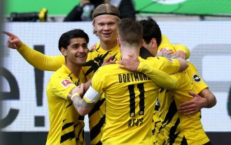 epa09156824 Dortmund's Erling Haaland (2-L) celebrates with teammates after scoring the 1-0 lead during the German Bundesliga soccer match between VfL Wolfsburg and Borussia Dortmund in Wolfsburg, Germany, 24 April 2021.  EPA/FOCKE STRANGMANN / POOL CONDITIONS - ATTENTION: The DFL regulations prohibit any use of photographs as image sequences and/or quasi-video.