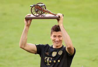 epa09220265 Robert Lewandowski of FC Bayern Muenchen raises the top goalscorer of the season award following the German Bundesliga soccer match between FC Bayern Muenchen and FC Augsburg at Allianz Arena in Munich, Germany, 22 May 2021.  EPA/Alexander Hassenstein / POOL DFL regulations prohibit any use of photographs as image sequences and/or quasi-video.