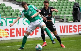 epa09219745 Bremen's Marco Friedl (L) in action against Moenchengladbach's Hannes Wolf (R) during the German Bundesliga soccer match between Werder Bremen and Borussia Moenchengladbach in Bremen, Germany, 22 May 2021.  EPA/FOCKE STRANGMANN / POOL CONDITIONS - ATTENTION: The DFL regulations prohibit any use of photographs as image sequences and/or quasi-video.