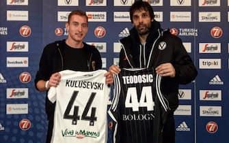 Parma, Kulusevski con il playmaker della Virtus Bologna Teodosic
