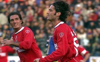 20011104-PARMA-SPR:CALCIO:PARMA-PERUGIA.Vryzas (des) esulta dopo il pareggio 1-1 per il Perugia.                      GIORGIO BENVENUTI/ANSA