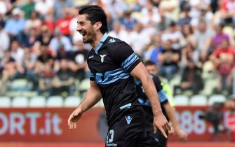 MODENA, ITALY - MAY 08:  (L) Milan Bisevac of SS Lazio celebrates his first goal during the Serie A match between Carpi FC and SS Lazio at Alberto Braglia Stadium on May 8, 2016 in Modena, Italy.  (Photo by Pier Marco Tacca/Getty Images)