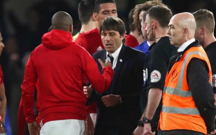 Il saluto fra Young e Conte al termine di un United-Chelsea