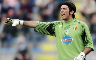 Treviso, ITALY:  Juventus' Italian goalkeeper Gianluigi Buffon gestures during his Serie A Italian football match against treviso, 01 April 2006 at Treviso's Omobono Tenni Stadium.  AFP PHOTO / Filippo MONTEFORTE  (Photo credit should read FILIPPO MONTEFORTE/AFP via Getty Images)