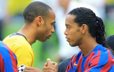 Saint-Denis, FRANCE:  Barcelona's Brazilian forward Ronaldinho (R) shakes hands with Arsenal's French forward and team captain Thierry Henry before the UEFA Champion's League final football match Barcelona vs. Arsenal, 17 May 2006 at the Stade de France in Saint-Denis, northern Paris.  AFP PHOTO ODD ANDERSEN  (Photo credit should read ODD ANDERSEN/AFP via Getty Images)