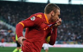 AS Roma's midfielder Daniele De Rossi celebrates after scoring against Inter Milan during their Italian Serie A football match on March 27, 2010 at Rome's Olympic stadium. AFP PHOTO / ANDREAS SOLARO (Photo credit should read ANDREAS SOLARO/AFP via Getty Images)