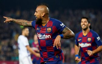 epa07958667 FC Barcelona's Arturo Vidal (C) celebrates with teammates after scoring the 2-1 lead during a Spanish LaLiga soccer match between FC Barcelona and Real Valladolid at the Camp Nou stadium in Barcelona, Spain, 29 October 2019.  EPA/Alejandro Garcia